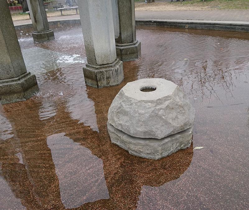 幸区のモニュメント風呂イスのような石のイメージ画像